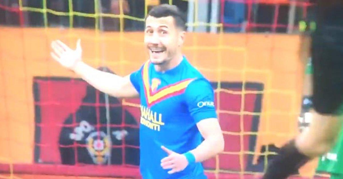 9475d064af71e VIDEO: Futbalista v Turecku vtipne imitoval rozhodcu, ktorý neodpískal  penaltu | Šport7.sk