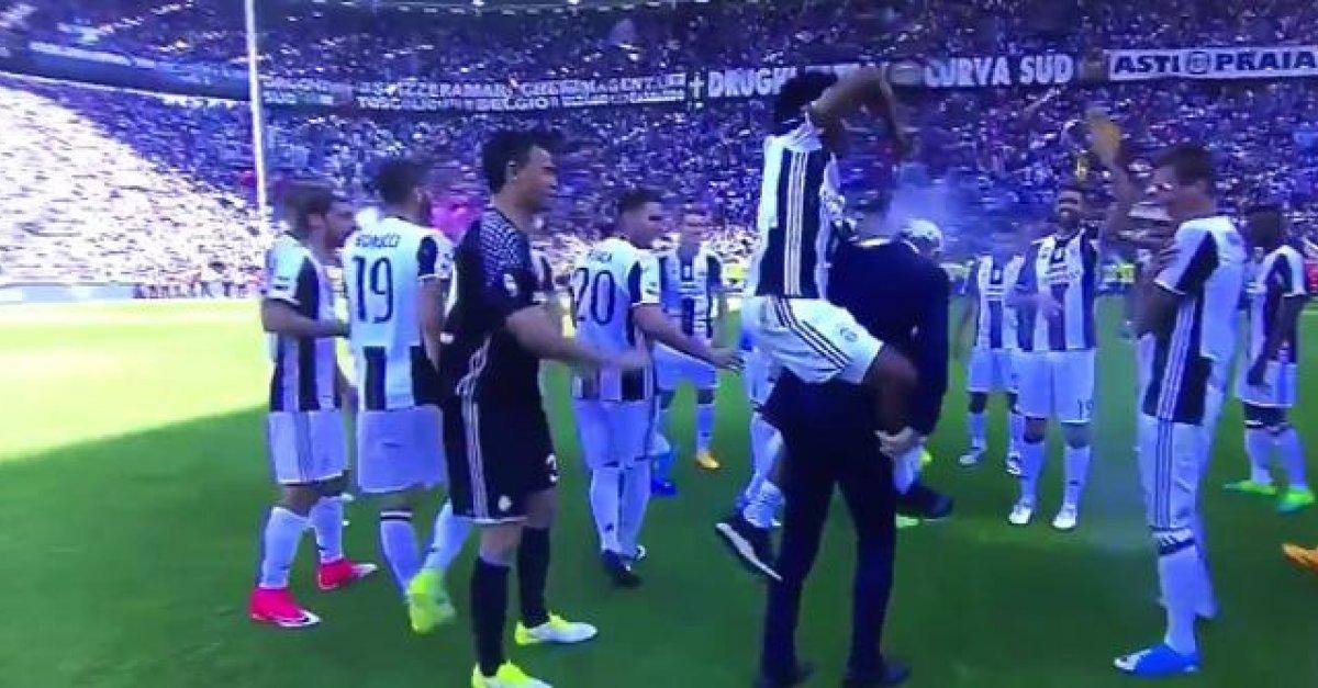 72f64c9a070dd VIDEO: Cuadrado vzal do rúk počas osláv titulu rozhodcovský sprej. Odniesol  si to tréner Allegri | Šport7.sk