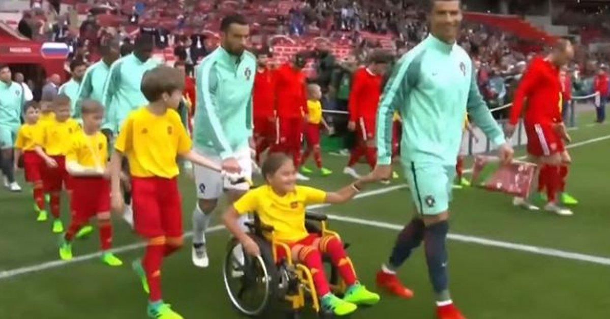 9dcee32200a8a VIDEO: Ronaldo vyšiel na ihrisko pred zápasom s Ruskom v sprievode  fanúšičky na vozíku | Šport7.sk